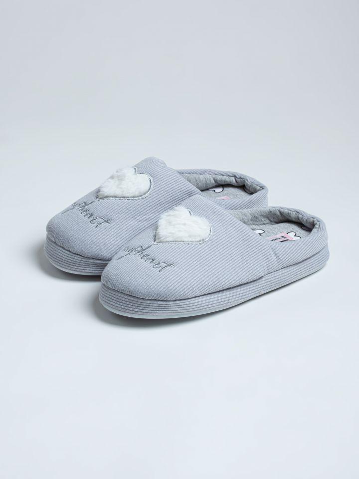 נעלי בית לבבות פרווה בצבע אפור בהיר