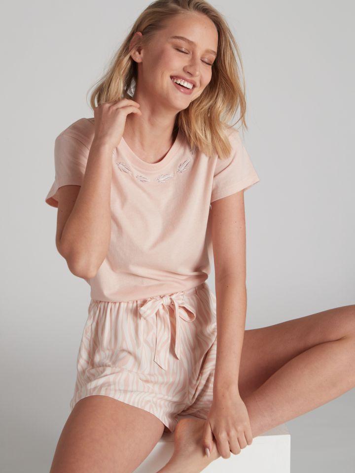 חולצת טי שירט עם רקמה בצבע ורוד בהיר