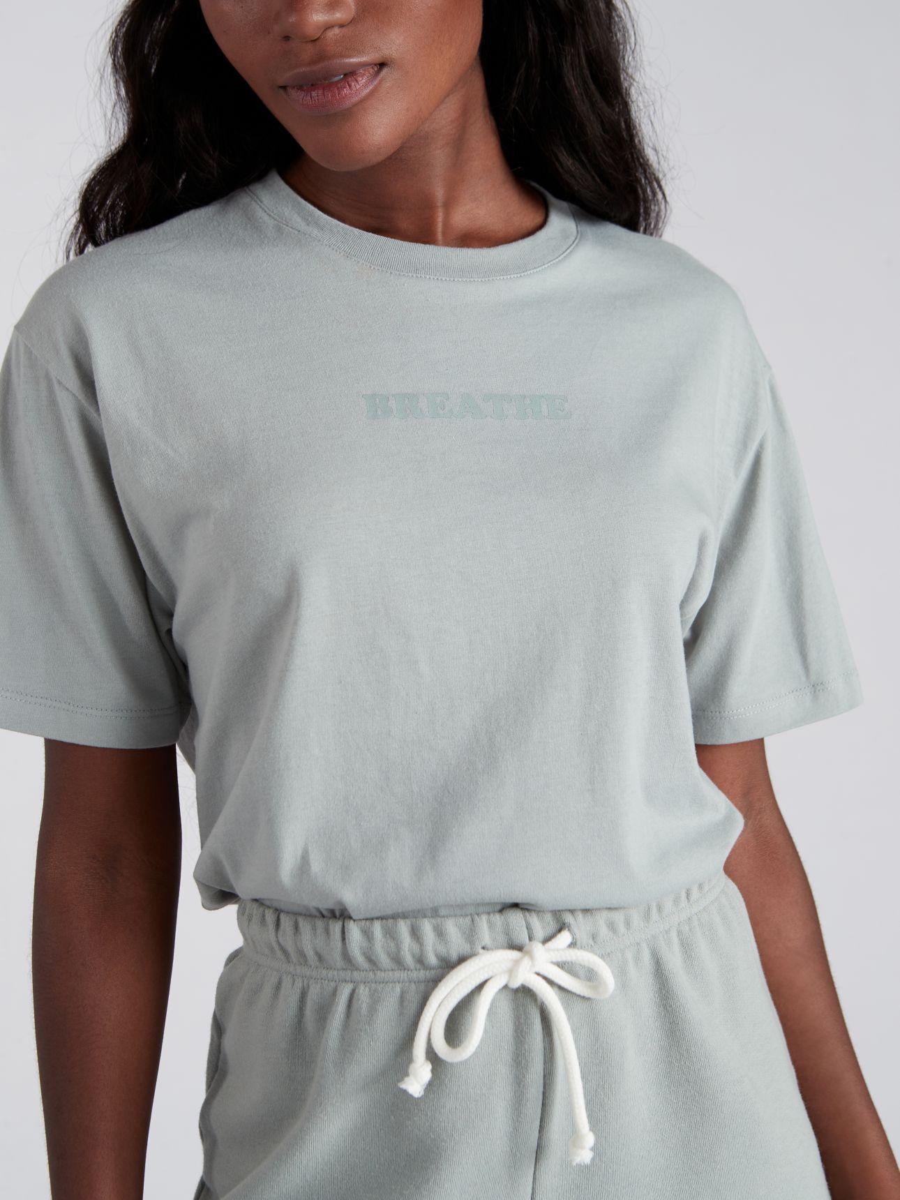 חולצת טי שירט עם דפוס BLOOM בצבע ירוק מרווה