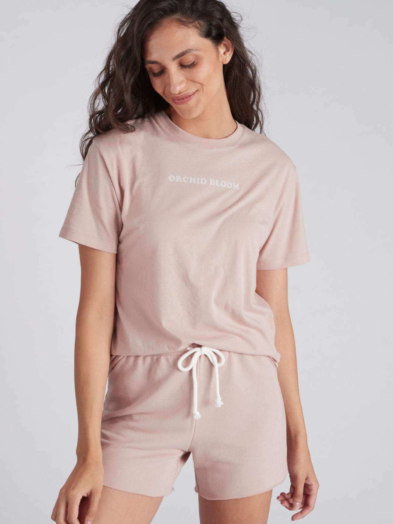 חולצת טי שירט עם דפוס BLOOM בצבע פודרה