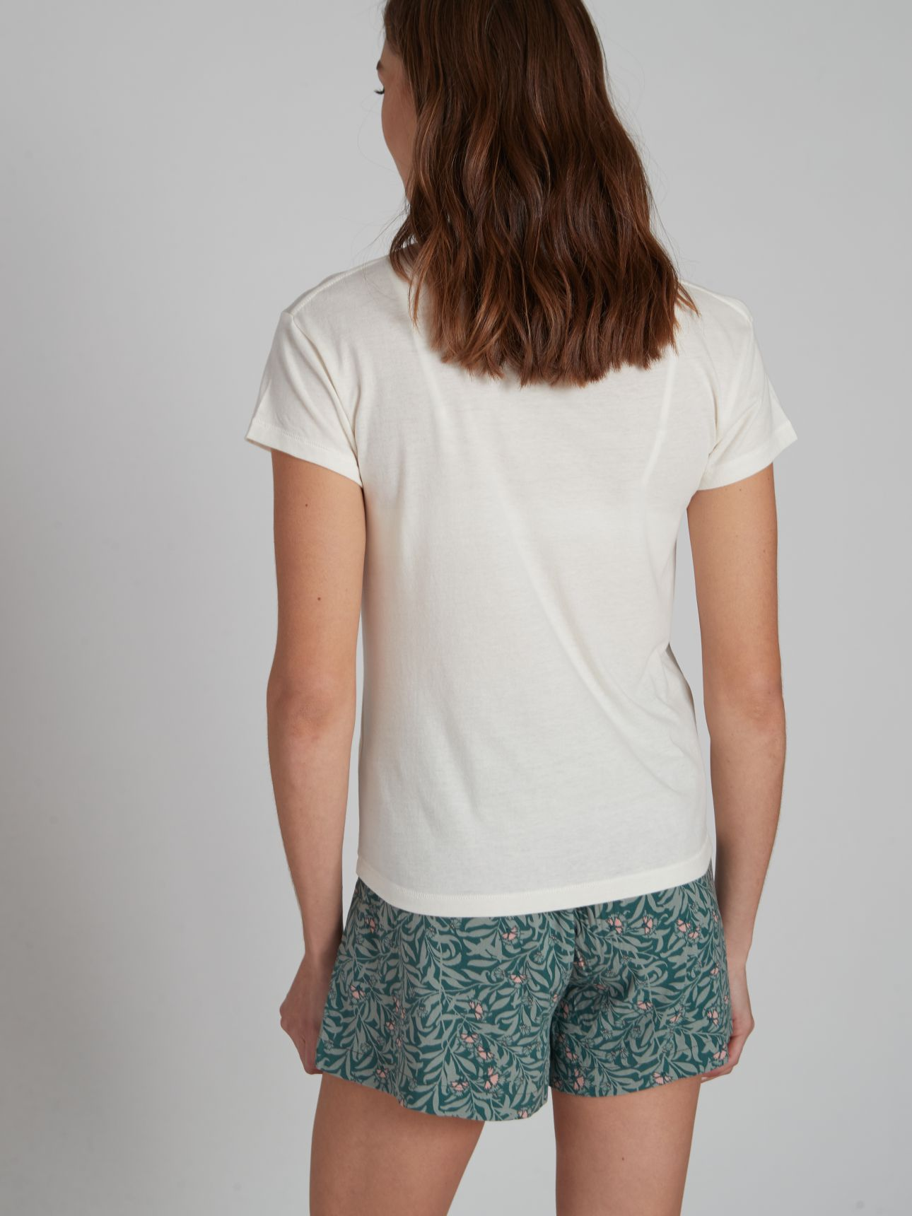 חולצת טי שירט עם רקמה בצבע אוף-וויט