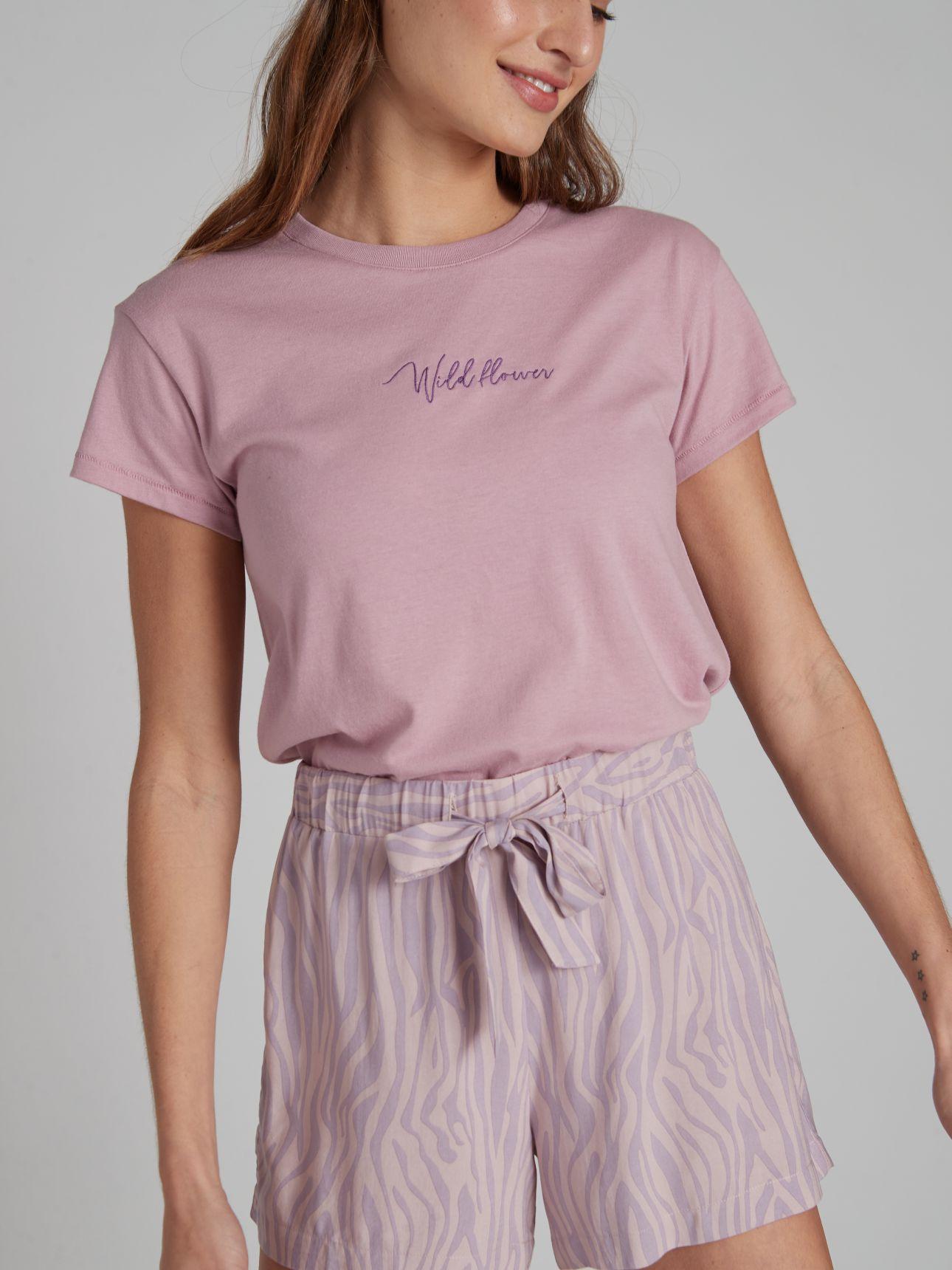 חולצת טי שירט עם רקמה בצבע סגול בהיר