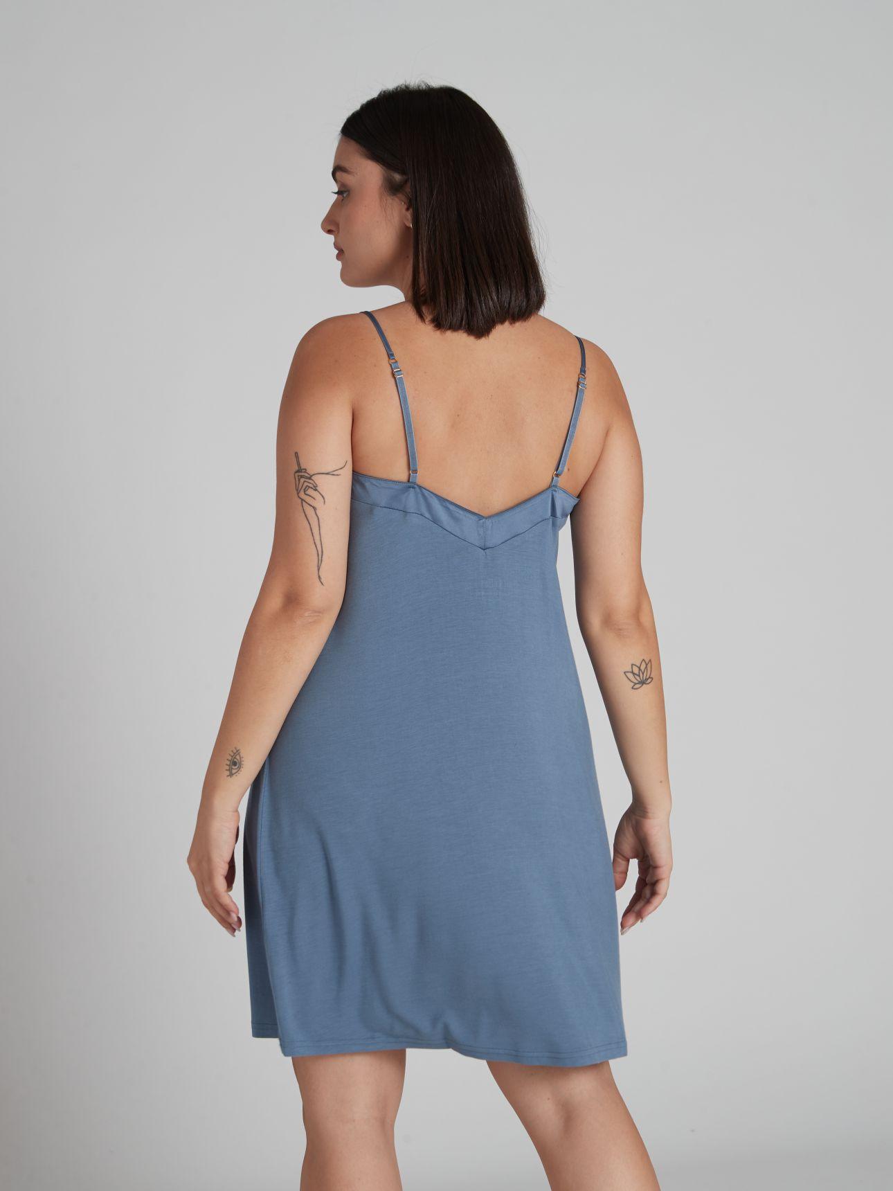 כותונת לילה מודל בגימור סאטן MUST HAVE בצבע כחול אקווה